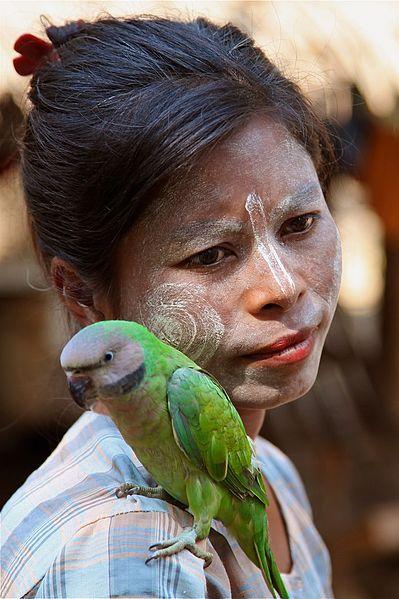 Anti-aging dla niezaawansowanych - kobieta z papugą